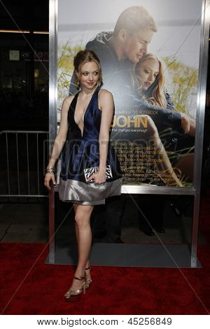 LOS ANGELES - FEB 1: Amanda Seyfried arrives at the premiere of 'Dear John' held at the Grauman's Chinese Theater in Los Angeles, California on February 1, 2010