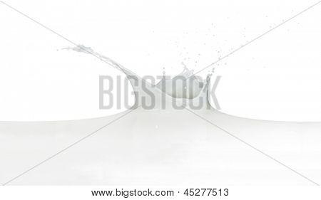 salpicar leche aislada sobre fondo blanco
