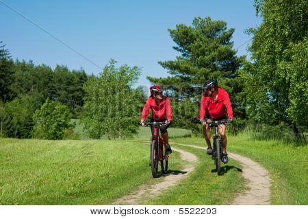 junger Mann und Frau Radfahren in einer Natur
