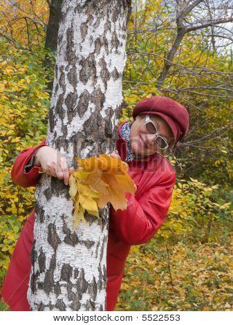 Lady in Red bleibt im Herbst Park.