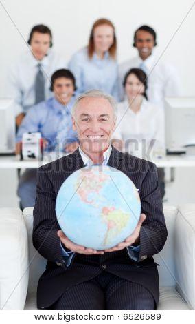 lächelnd Unternehmer holding einen terrestrischen globe