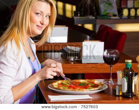 junge Frau essen Abendessen