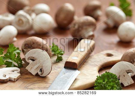 Fresh brown and white mushrooms