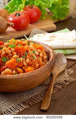 Stewed white beans and sliced pumpkin in tomato sauce