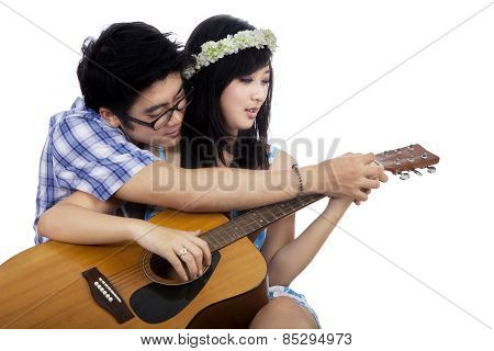 Guy Teach His Girlfriend To Play Guitar