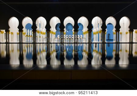 Abu-Dhabi, Grand Moss columns and pole reflection by night