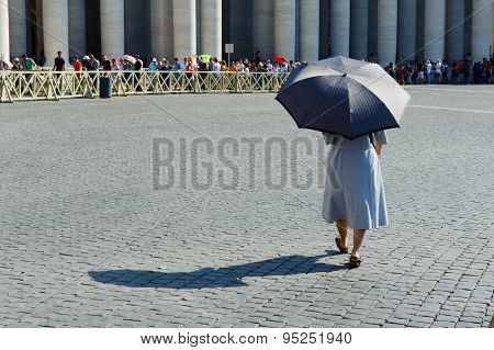 Rome, Italy, Vatican City - July 4Th 2015. Woman With Umbrella Walking To The Queue Of Tourists In S