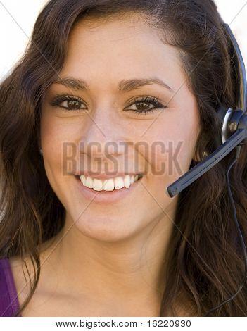 Cerca del joven atractivo sonriente llamada operador sobre blanco