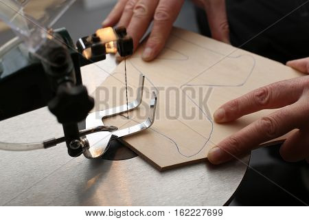 Hobbies / Sawing electric jigsaw Plywood .