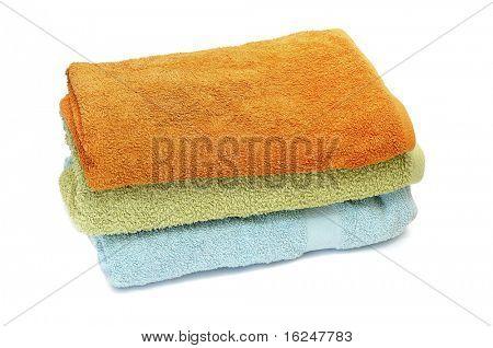 un montón de toallas aislado sobre un fondo blanco