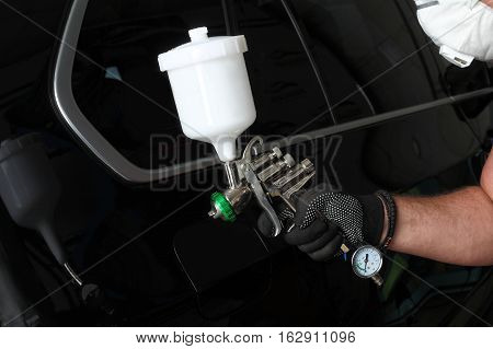 Car service. Processing of the car a protective coating under pressure.
