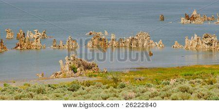 panorama de tobas en el Lago Mono en California