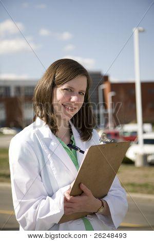 Profesional médico fuera del hospital