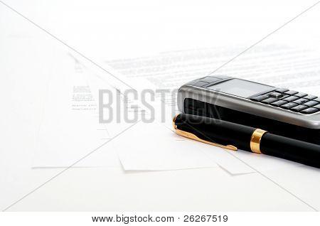 celular e caneta de tinta nos documentos