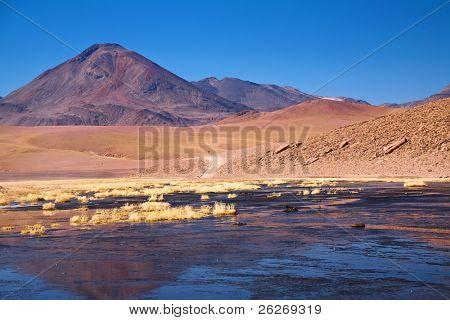 Volcán Cerro Colorado cerca de río Putana en región de Atacama, Chile