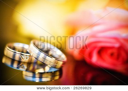 wedding rings with bouquet with a shallow DOF