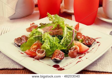 Salad with gammon and figs