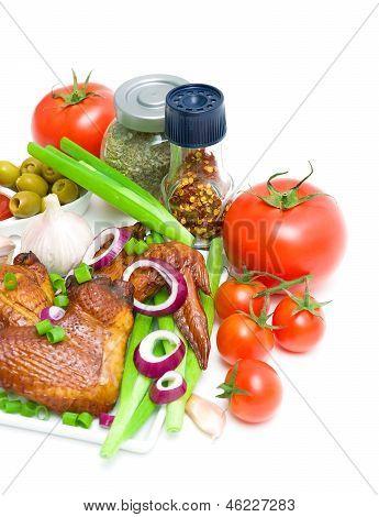 Gemüse und geräuchertem Hähnchenflügel auf weißem Hintergrund