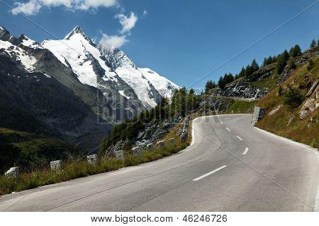Estrada alpina abaixo o Grossglockner