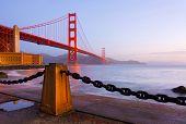 Постер, плакат: Мост Золотые ворота в Сан Франциско на рассвете