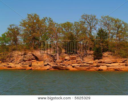 Lago con tierra roja