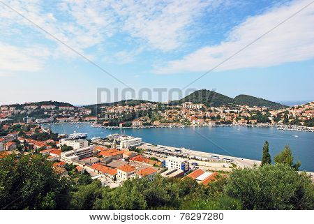 A peninsula with houses and boats in the coast of Croatia