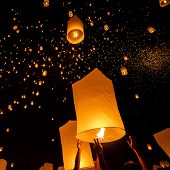picture of floating  - Floating lanterns during Yi Peng Festival in Chiang Mai - JPG