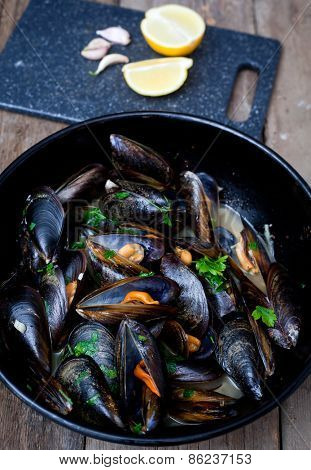 Mussels cooked with white wine sauce.