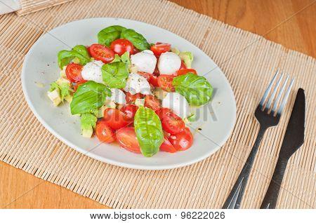 Salad with avocado, tomatoes and basil