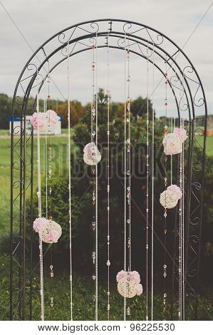 Stylish arch for the wedding ceremony.