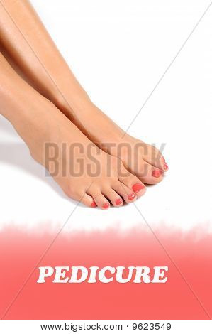 Perna de belos pés com Pedicure Spa perfeito nas unhas cor de rosa brilhantes. Fundo branco