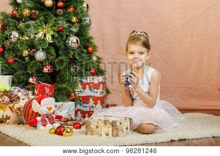 Five-year Girl Pulled Out A Large Number Of Small Gifts