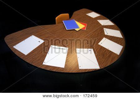 Meia mesa-redonda com papel caneta