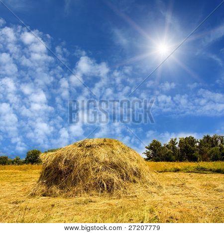 Pajar y sol en el cielo azul