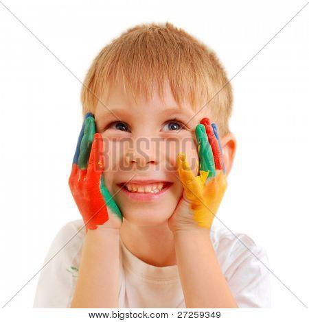 menino bonito, com as mãos no paint isolado no fundo branco