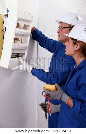 Equipo eléctrico instalar una caja de fusibles