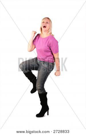 Mujer de edad feliz en soportes de camisa Rosa bailando