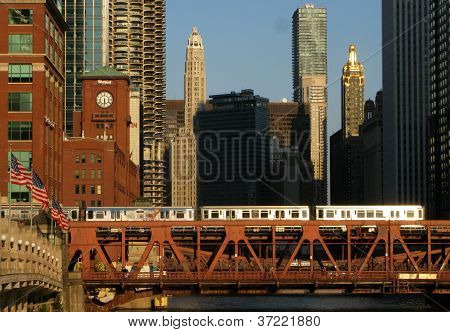 TRAIN TRAVELING ON BRIDGE IN CHICAGO (United States Of America)