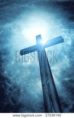Cruz de madera en cielo oscuro, antecedentes