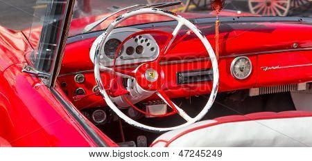 Vista de la Habana-junio 21:Interior de un pozo restaurado vintage convertible Ford en 21 de junio de 2013 en la Habana.