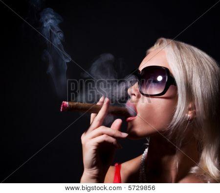 Retrato de mujer elegante Smoking