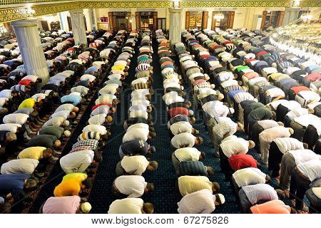 Tarawih Prayers The Muslims