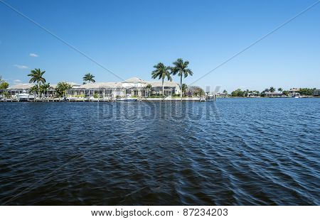 Luxury Water Front Houses with Boat Docks in Florida