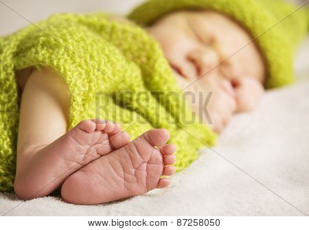 Newborn Baby Feet, New Born Child Sleeping, Kid Foot, Green Knitted Wool Cloth