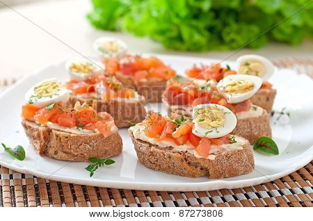 Sandwich with salted salmon and cream cheese.