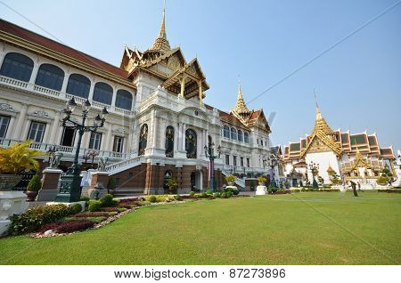 Travelers Visit Chakri Maha Prassat Hall In Gland Palace Of Bangkok ,thailand