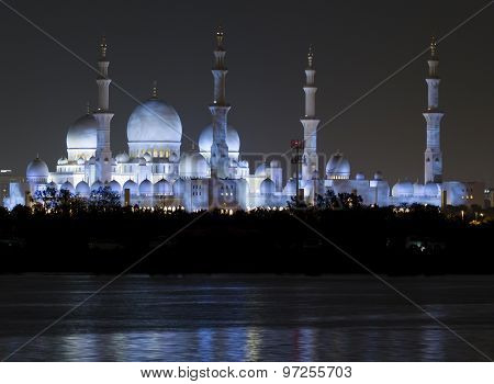 The Sheikh Zayed Grand Mosque in Abu Dhabi at night.