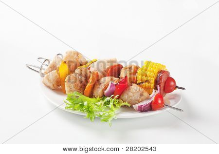 Chicken skewer with pepper and salad