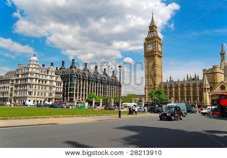 London in der Nähe Juni 5:people und Verkehr von den Houses of Parliament Juni 5,2008 in london.built aus dem Jahr 1840