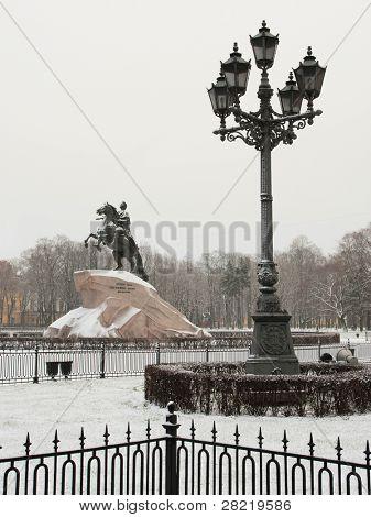 A imagem da lâmpada de rua em São Petersburgo e a sede de Piter monumento, vai sob o nome de policial